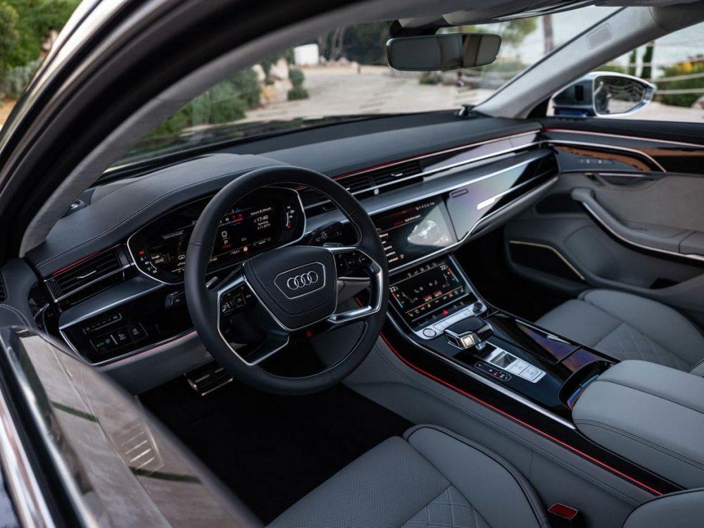 Audi S8 Innenraum mit schickem 4-speichen Lenkrad und im Audi S8 neuen design detail mit Carbon im Audi S8